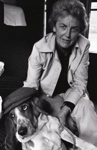 Laure Wyss mit Basset in London 1973